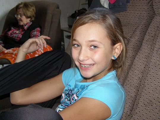 DALŠÍ FOTOGRAFIE ➔ Věřili byste, že z této holčičky vyrostla královna krásy? Lea Šteflíčková v deseti letech nosila rovnátka.